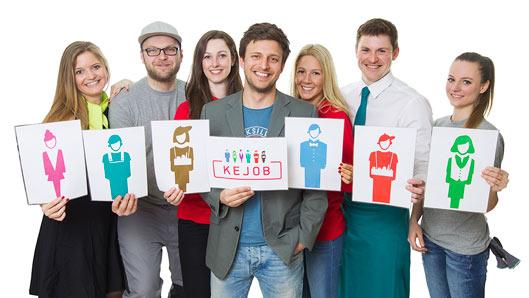 KEJOB Mitarbeiter zeigen Schilder mit Logos